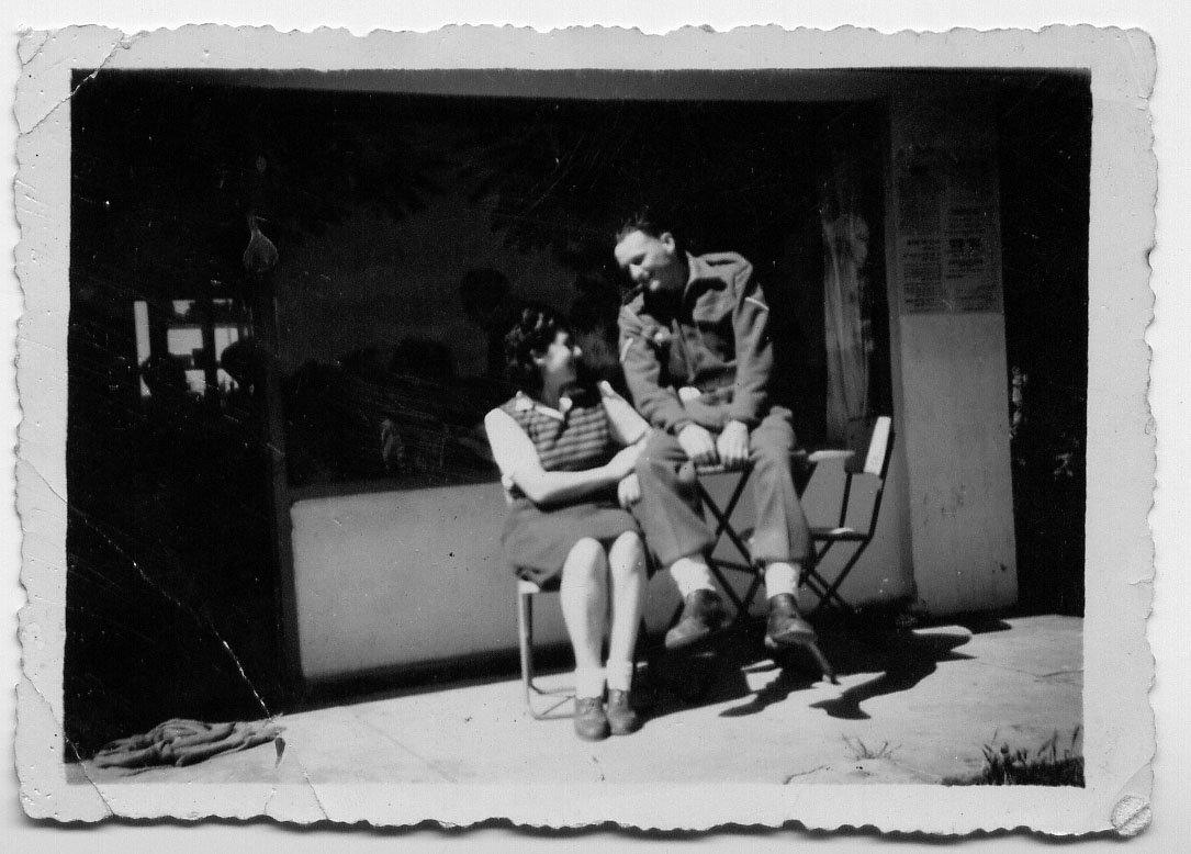 """סבתא וקצין בריטי מחוץ ל""""קפה לונדון"""". מתוך האלבום המשפחתי"""