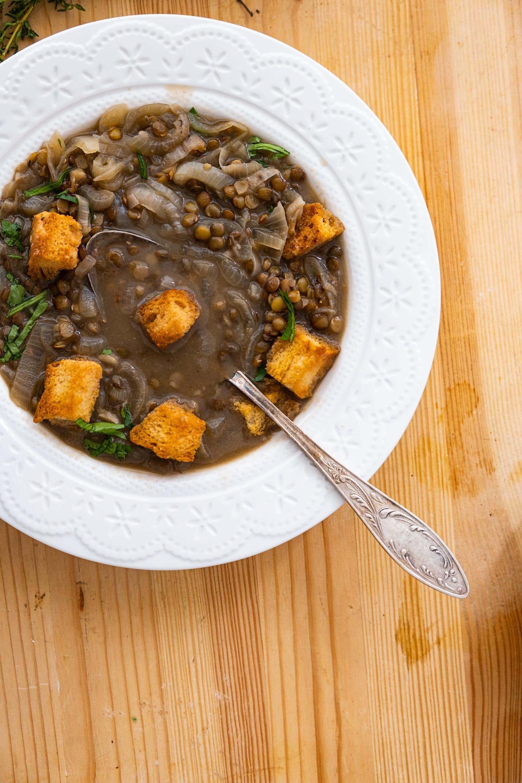 מרק בצל ועדשים עם קרוטונים