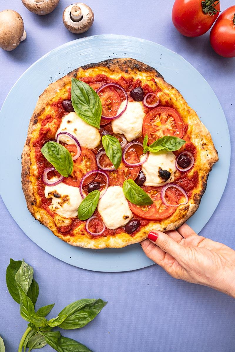 פיצה טבעונית עם גבינת שקדים
