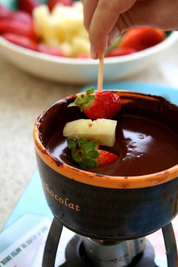 פירות טריים טבולים בשוקולד חם. האושר