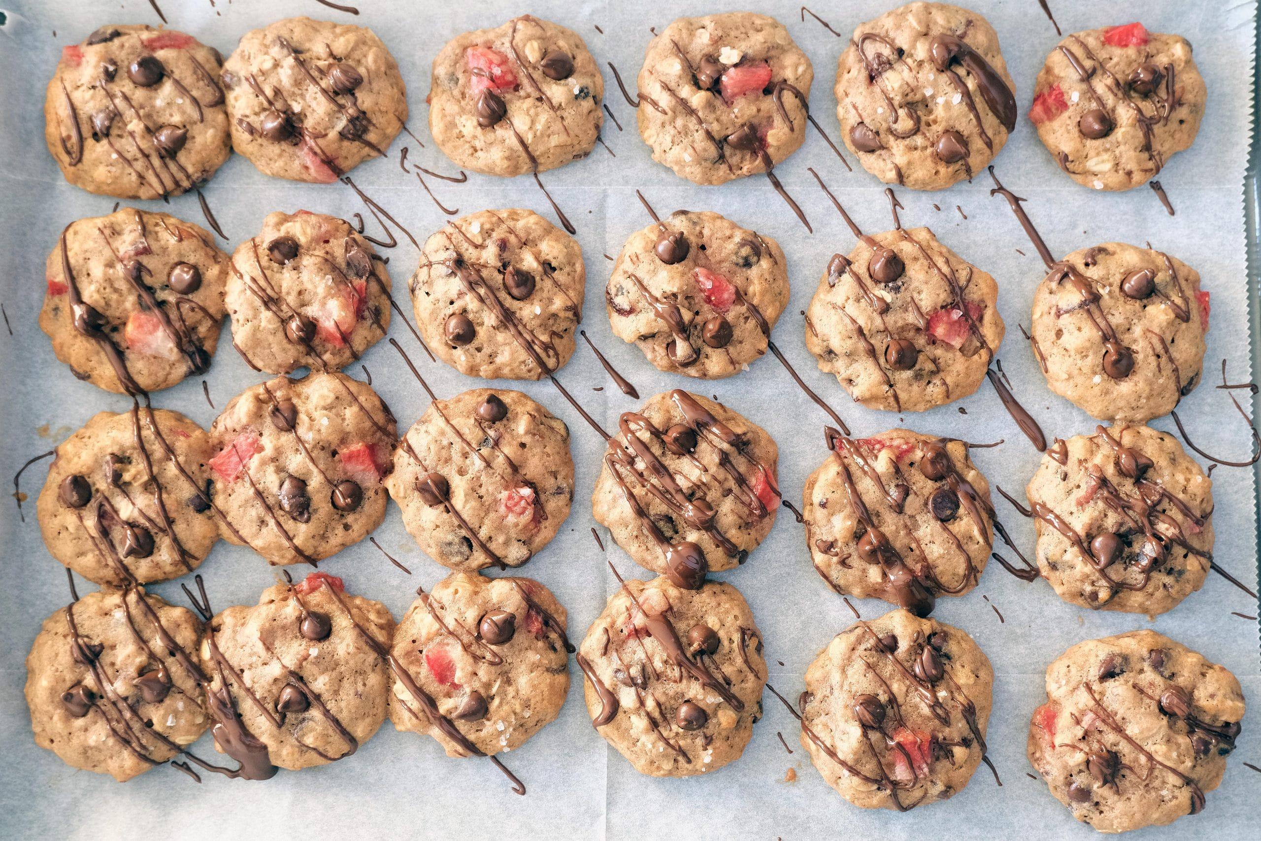 עוגיות שיבולת שועל ושוקולד צ'יפס עם פירות מיובשים ואגוזים
