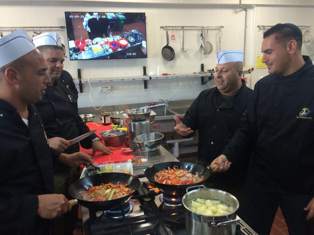 """מנהלי מטבחים נהנים יותר. סדנה טבעונית בצה""""ל"""
