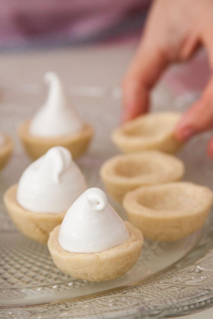 ממלאים את כוסיות הבצק בקרם של הקרמבו. צילום: אורי שביט