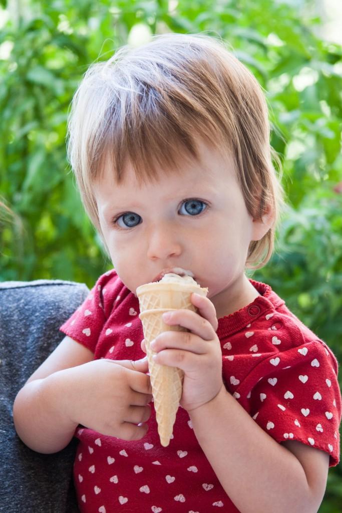 ולילדים אחרים, ליהנות מהתוצאות. יערה זוללת גלידה