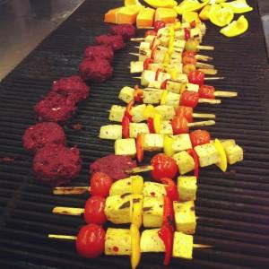 ככה עושים על האש טבעוני. שיפודי טופו וירקות והמבורגר אורז מלא ועדשים שחורות