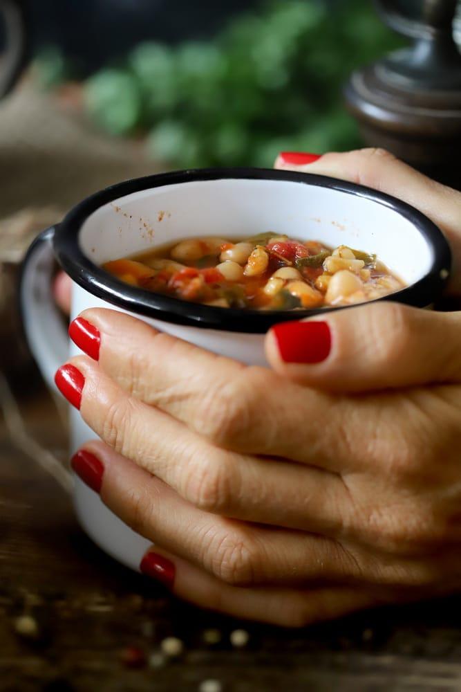 מרק שעועית וגריסים חורפי