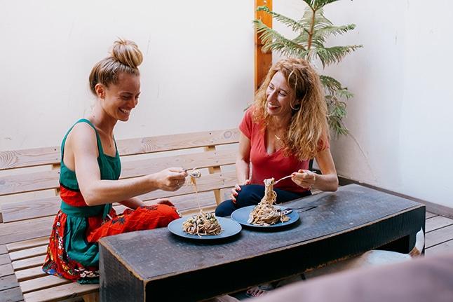 יערה בנבנישתי ואורי שביט אוכלות פסטה אלפרדו טבעונית