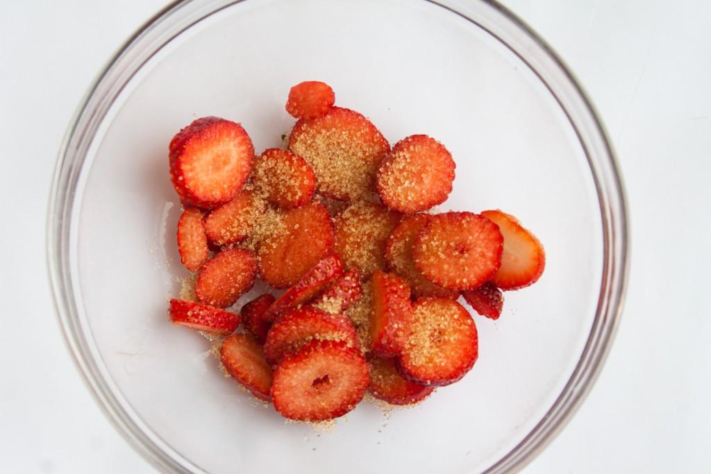 מהפירות החושניים ביותר של העונה. תותים לקראת ליטוש בסוכר