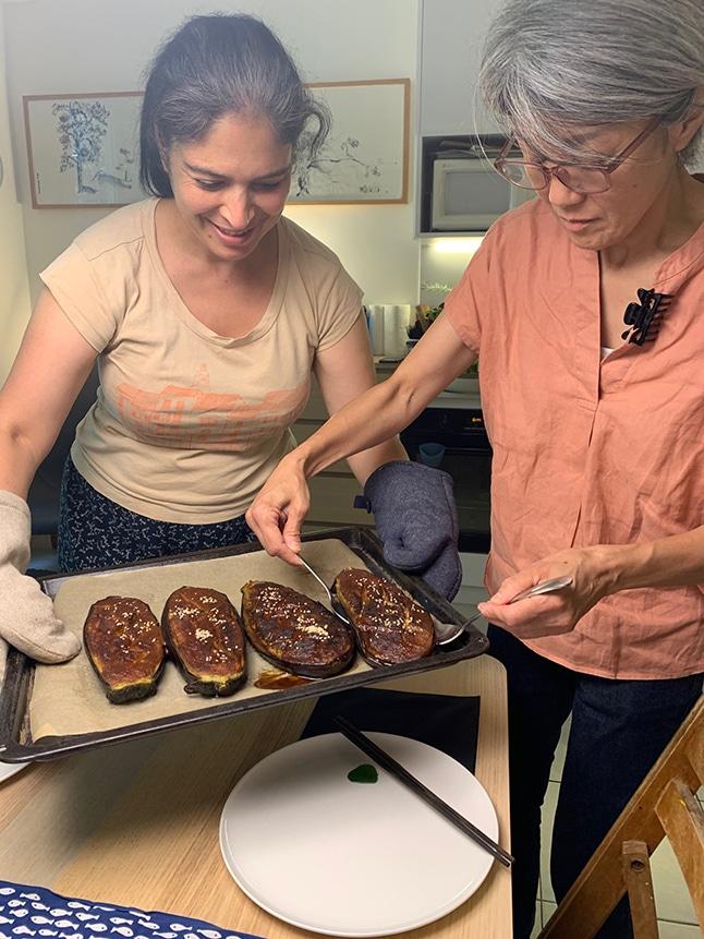 אבישג וצ'יאה מגישות חצילים במיסו