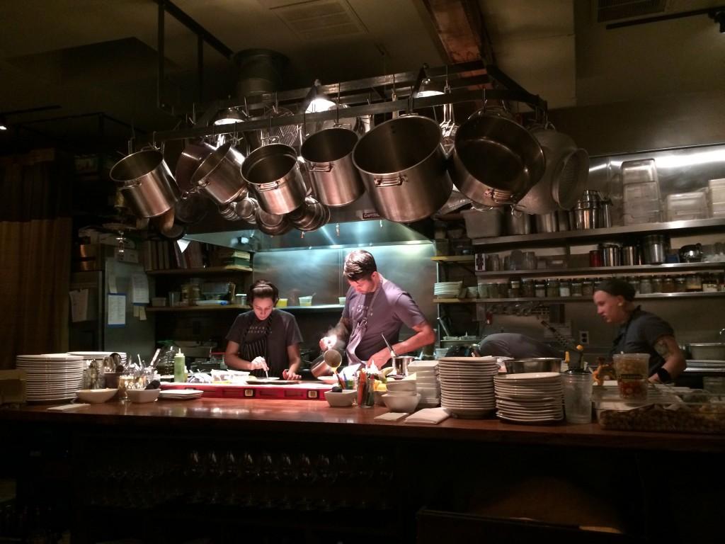מהנדסים ירקות בשקט מופתי. המטבח הפתוח בלב המסעדה