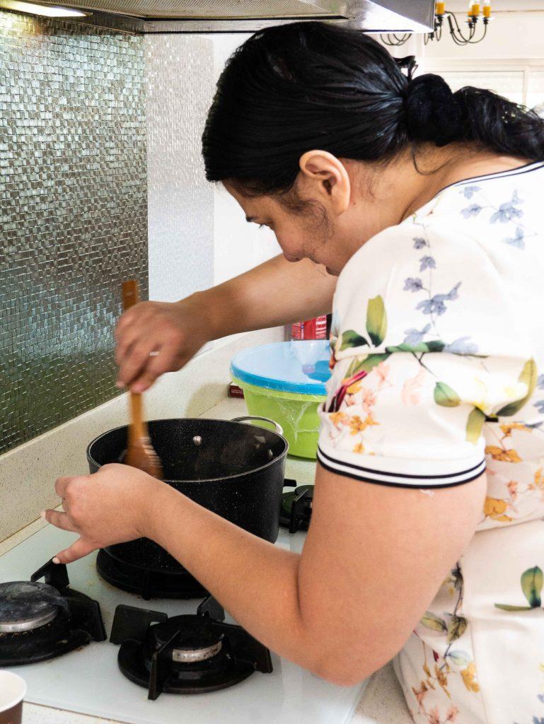 יונית צוקרמן מכינה ארוחה טבעונית