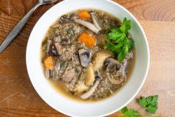 מרק טבעוני של פטריות ותפוחי אדמה עם קינואה