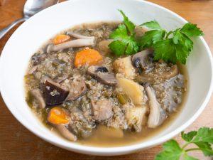 מרק טבעוני עם פטריות, תפוחי אדמה וקינואה