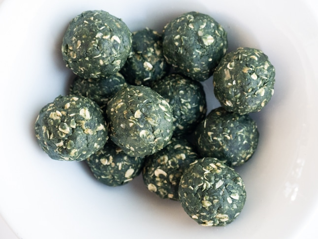 כדורי חמאת בוטנים עם ספירולינה טרייה