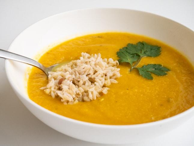 מרק כתום של בטטה וכרובית