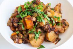 קדירה מתוקה-חריפה של תפוחי אדמה, גזר וחומוס