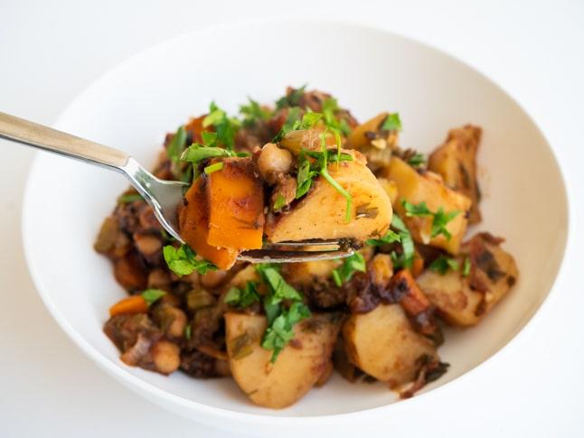 תבשיל תפוחי אדמה וגזר עם חומוס