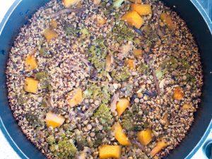 קדירת קינואה, עדשים וירקות בתנור