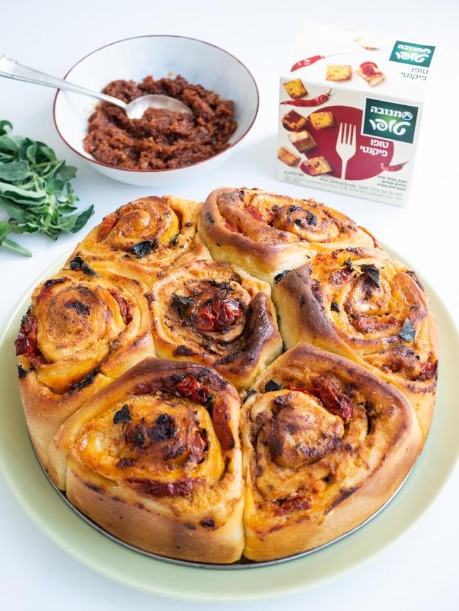 עוגת שושנים מלוחה במילוי טופו פיקנטי ועגבניות