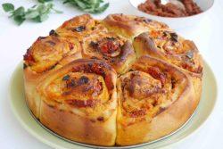 שושני פוקצ'ה במילוי טופו פיקנטי ועגבניות מיובשות
