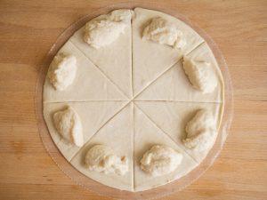 משולשים בצק במילוי גבינת שקדים ביתית