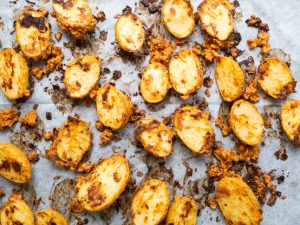 תפוחי אדמה צלויים עם טחינה ובצל