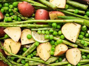 תפוחי אדמה, אספרגוס ופטריות ברוטב בסלמי
