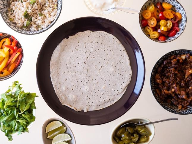 ארוחת טורטייה מקסיקנית עם אורז, שעועית וירקות