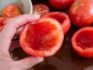 מרוקנים את העגבניות לפני המילוי ושומרים את התוכן בקערה