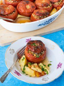 עגבניות יווניות במילוי אורז עגול מלא והפתעות
