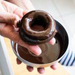 דונאטס שוקולד בציפוי שוקולד. בריא וטעים