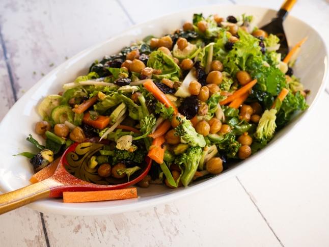 סלט פריך של ירקות חורפיים עם קרוטוני חומוס