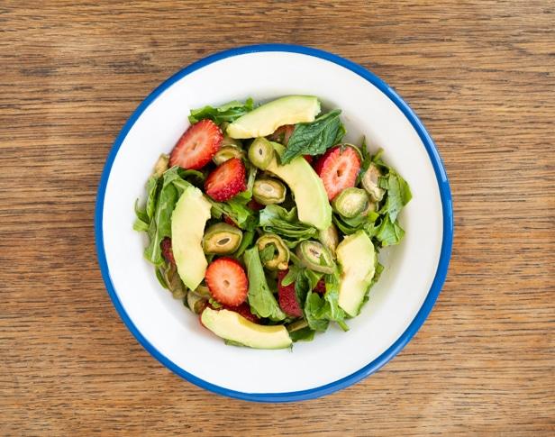 סלט ירוק עם אבוקדו, תותים ושקדים ירוקים