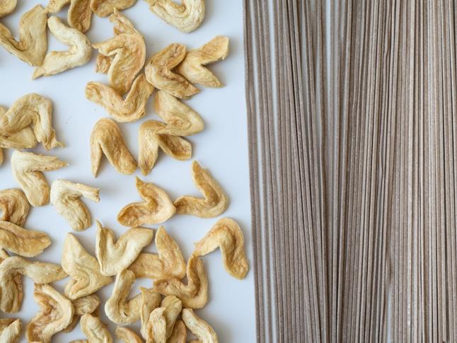 נתחי יובה - חלבון סויה עם אטריות סובה