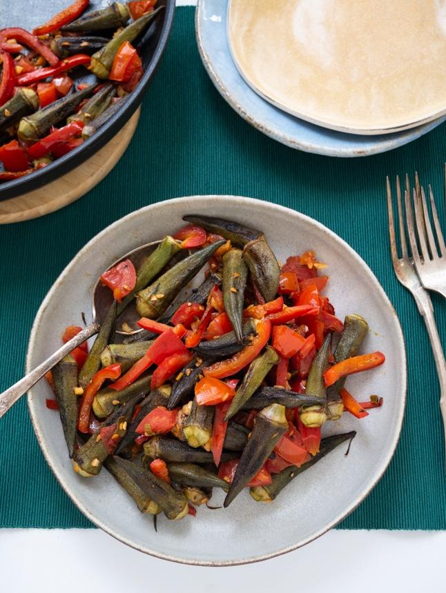 במיה צרובה עם עגבניות ופלפלים