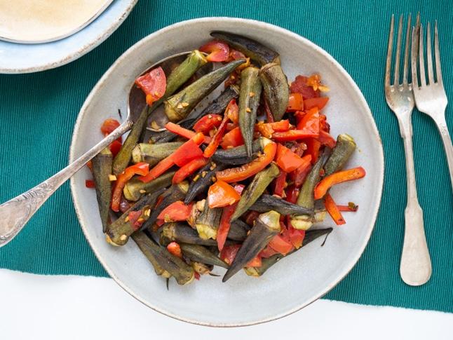 במיה טעימה ממש עם ירקות צרובים