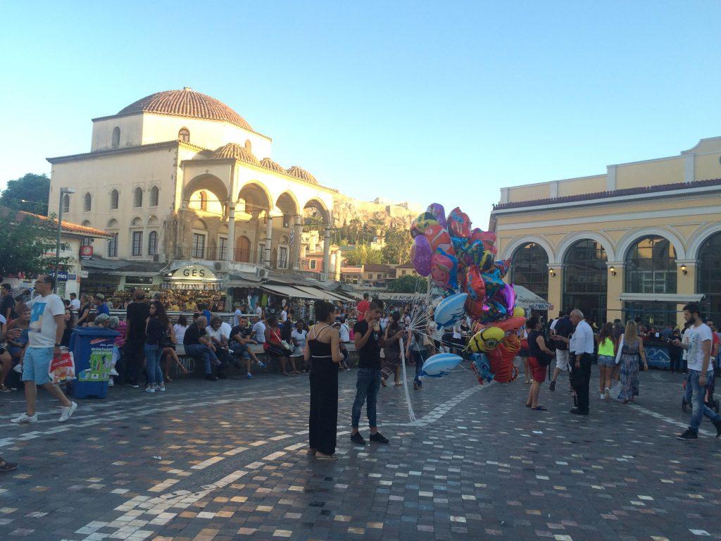 כיכר מונסטיראקי במרכז העיר. אוצרות בשוק הפשפשים