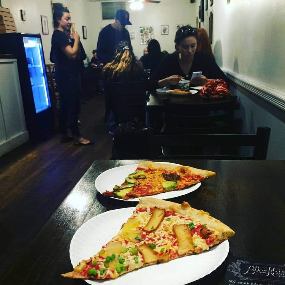 אבוקדו על פיצה. בואו ללעוס פיצה עם הקהילה הטבעונית