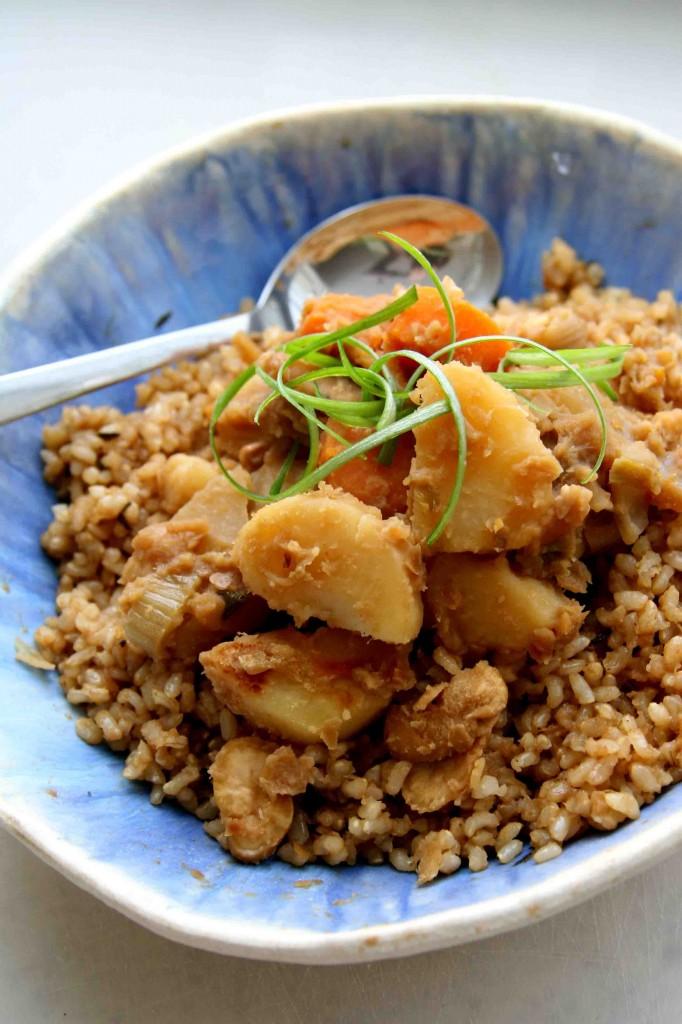 תבשיל מתקתק, חורפי ואגוזי של שורשים, קטניות ואורז מלא? מושלם.