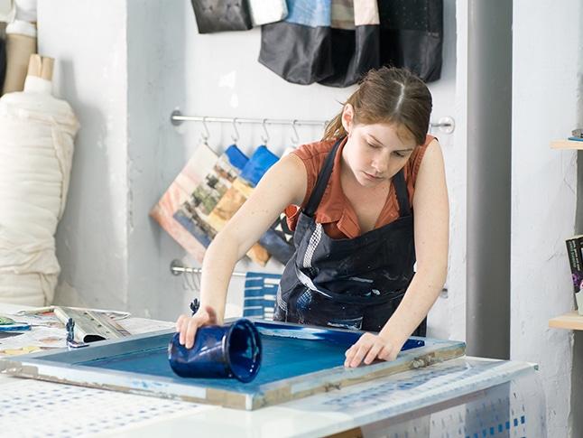 לי קורן מעצבת ומייצרת תיקים טבעוניים