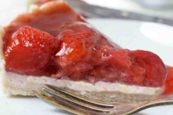 פאי תותים טבעוני עם קרם טופו משי