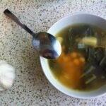 יעיל כנגד יום חורף קפוא, אבל גם נגד סתם רעב. מרק חומוס, מנגולד וכרישה