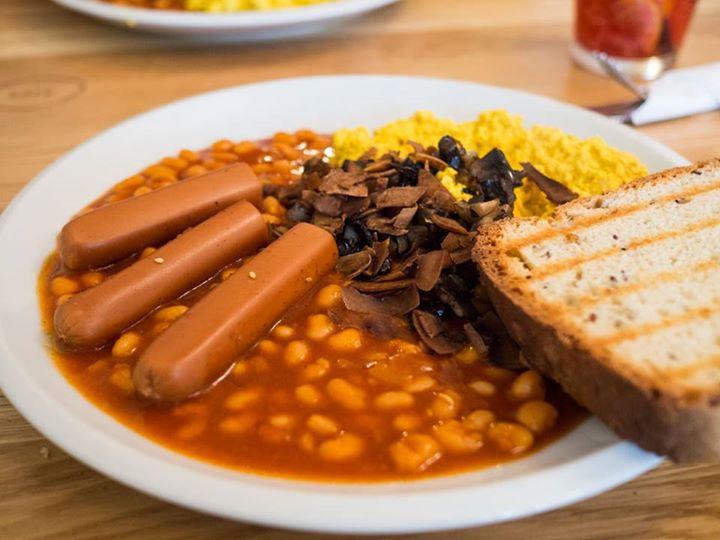 ארוחת בוקר אנגלית טבעונית בצ'כיה. הכל אפשרי