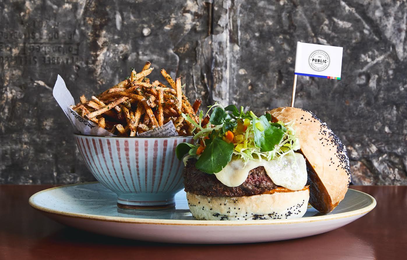 המבורגר טבעוני במסעדת PUBLIC בניו יורק