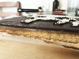 חטיף שכבות שוקולדי עם שקדים וקרמל טחינה