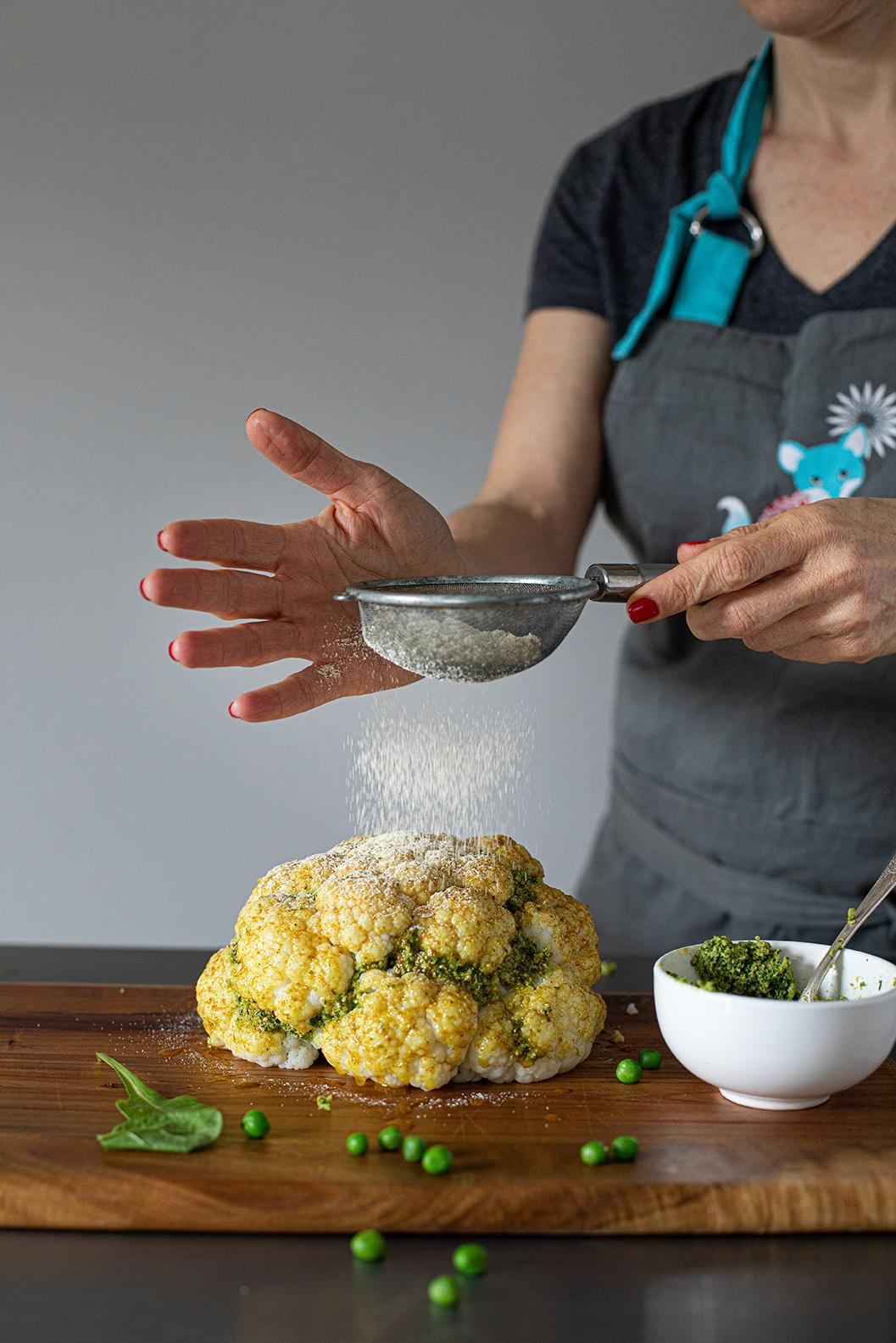 מפדרים את הכרובית בקמח חומוס