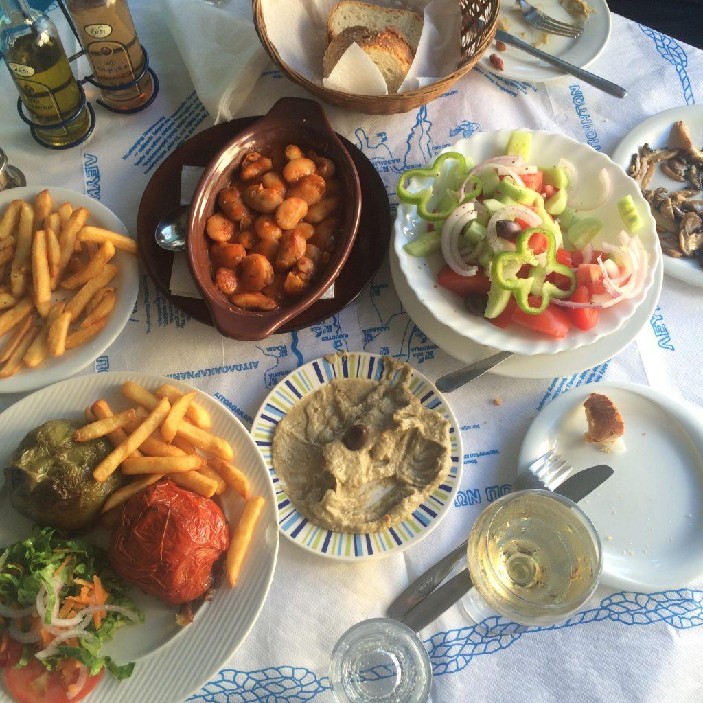 ארוחה יוונית טבעונית טיפוסית בלפקדה. מי צריך יותר מזה