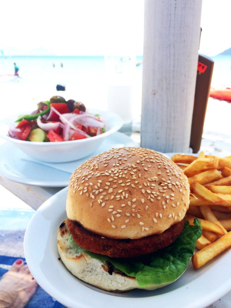 ואפשר לרבוץ על החוף עם המבורגר, סלט ואוזו