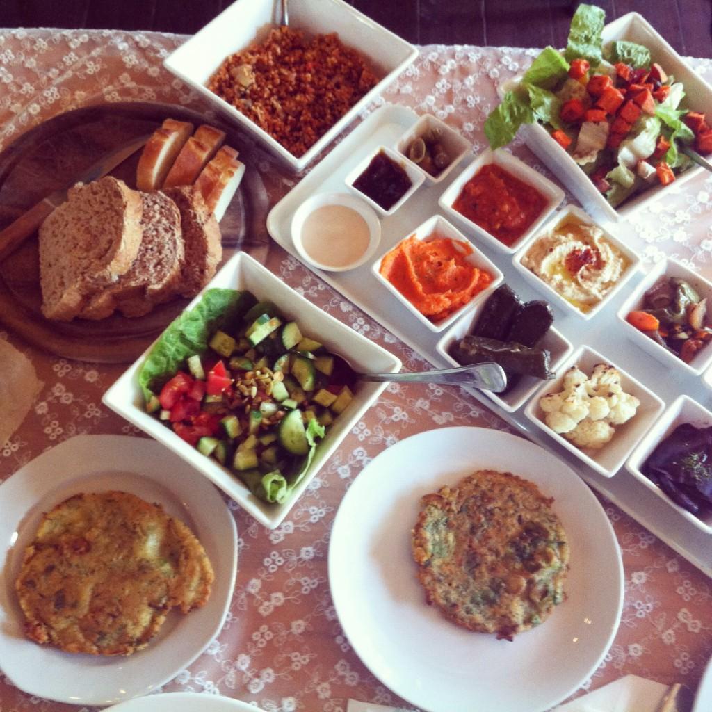 פותחים שולחן על הבוקר בוילה ויטראז', כפר הנופש של בית הלל